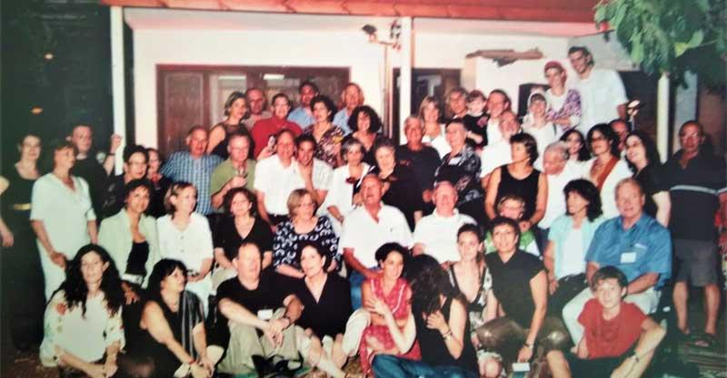 בני משפחת שרייבמן חוגגים בבית ברחוב תל חי 71 לפני הריסתו בשנת 2007. צילום פרטי