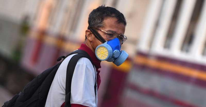 קורונה. אדם עם מסיכה צילום רויטרס
