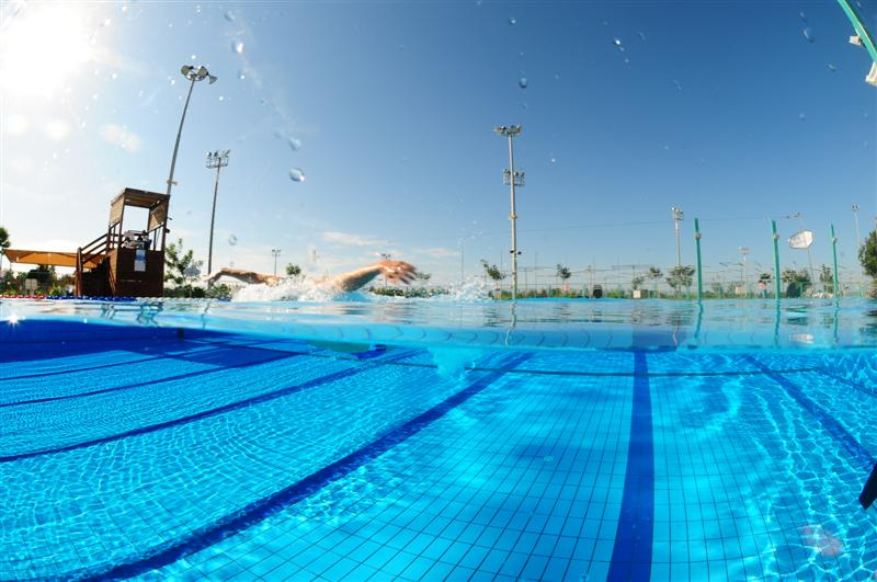 קריית הספורט והנופש רעננה: משיעורי שחייה ושיפור סגנון עד שיעורי שחייה תחרותית (צילום: שוקי קואז)