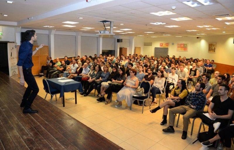 """איך להתגבר על חרדה: פז אושרן בהרצאה (צילום: יח""""צ)"""