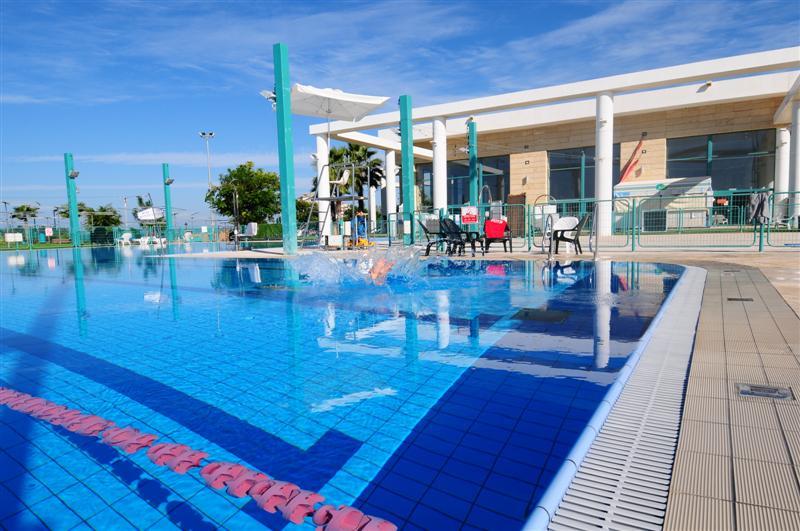 קריית הספורט והנופש רעננה: מרכז שחייה הכולל 4 בריכות (צילום: שוקי קואז)