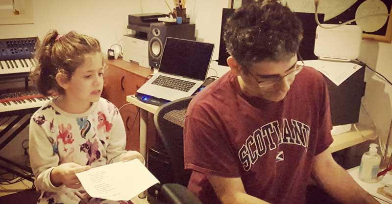מיקה ריז'י ואביה מקליטים שיר. צילום אלה תדמור