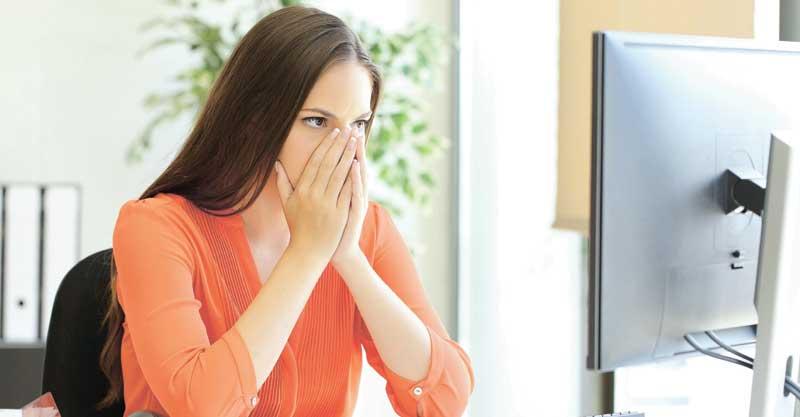 אישה מוול המחשב