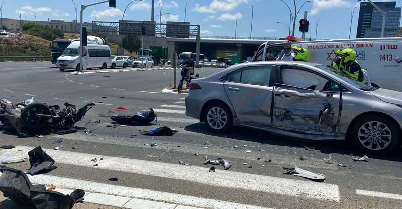 """תאונה בין רוכב אופנוע לרכב פרטי בכביש 4 סמוך למחלף רעננה צפון. ח צילום: תיעוד מבצעי מד""""א"""