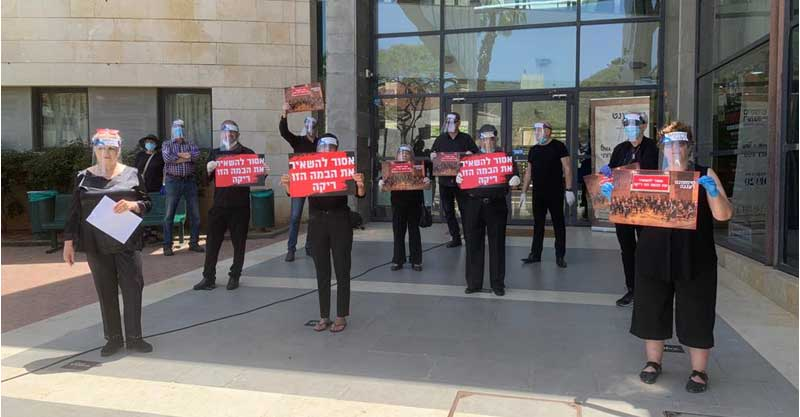 """עובדי סימפונט רעננה מפגינים מול משכן המוסיקה. צילום יח""""צ"""