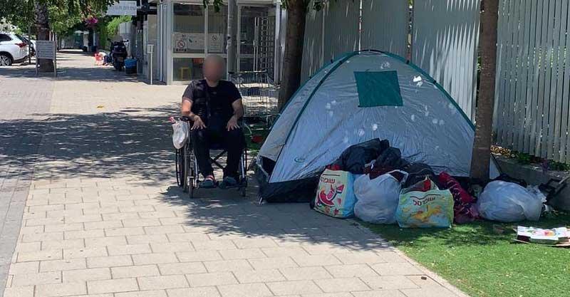 נינו אדאדי הרצל- יושב מחוץ לבית לווינשטיין. צילום עמרי יחזקאל