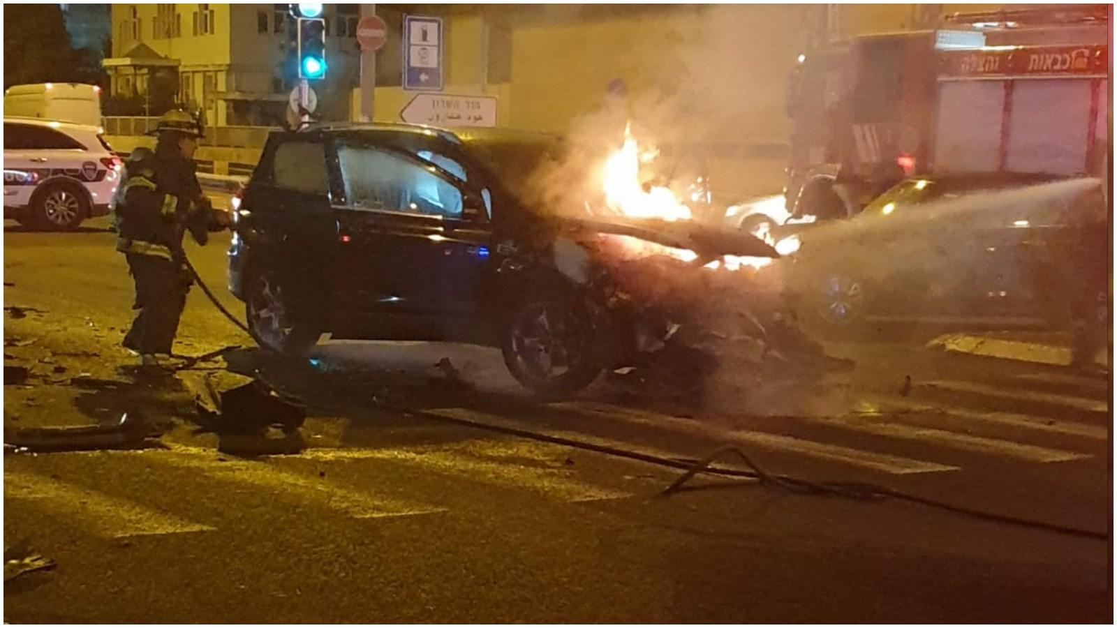 רכב בוער לאחר תאונה בצומת רעננה. צילום תיעוד מבצעי כבאות והצלה
