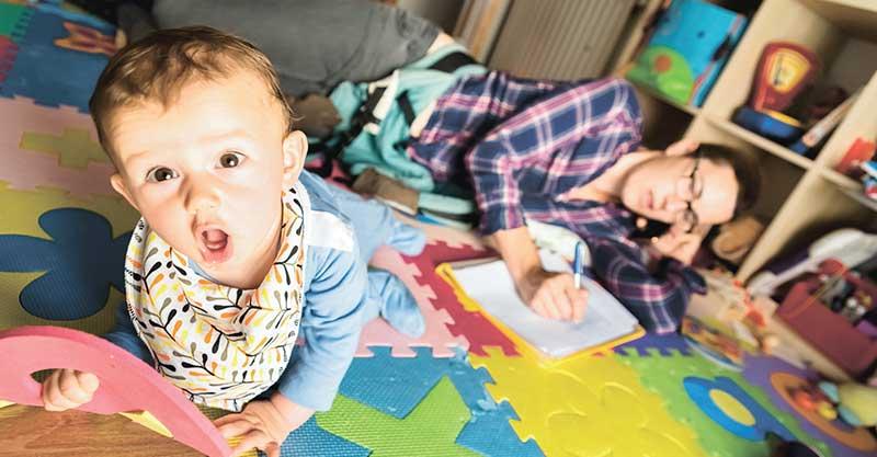 תינוק מולטיטסקינג צילום אי.אס.אי.פי