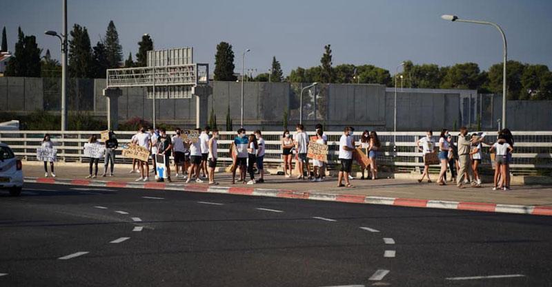 הפגנה של בני נוער ברעננה כנגד הזום. צילום מתוך קבוצות הפייסבוק