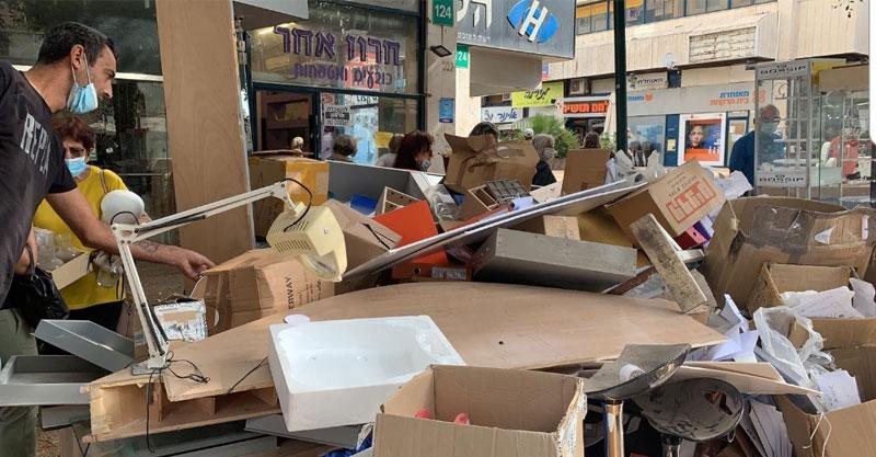 החנות חרוז אחר ברעננה בעת הפינוי. צילום: אסי זאודה