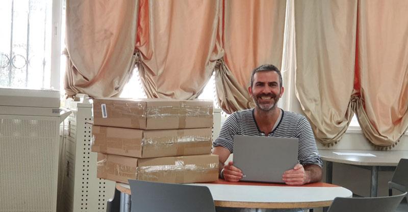 ירון כרמי המנהל עם המחשבים. צילום אמית כפר בתיה