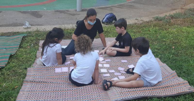 מפגשים פיזיים במרחבים פתוחים עיריית רעננה - ילדי בית ספר ׳מגד׳ לומדים בגן אריגי.