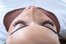 הרמת ריסים ברעננה: קלודין דוד קוסמטיקאית הוליסטית מוסמכת. צילום: Shutterstock