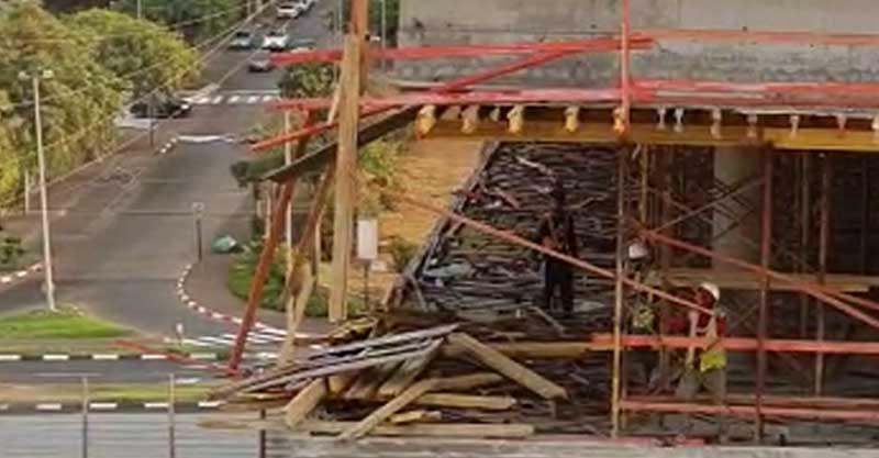 פועלים ברעננה תועדו משליכים מוטות ברזל מבניין ברחוב - רחוב שסה ארגוב ברעננה.