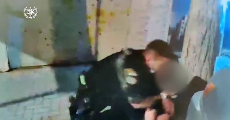 מעצר חשוד בפירוק ממחרים קטליטיים מרכבים בשרון. צילום באדיבות המשטרה